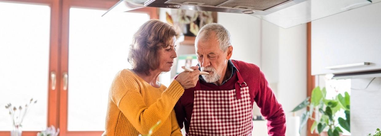 Senior stel in de keuken